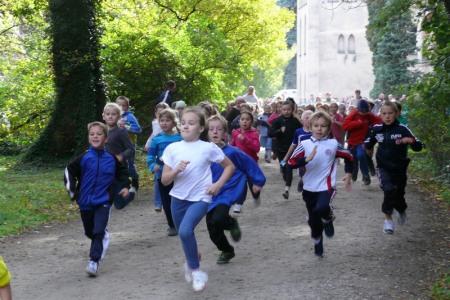 Tuż po starcie najmłodszych uczestników biegu